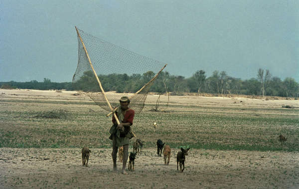 """""""Wichi-Fischer in Argentinien benutzen Netze, um die Fische aus dem launischen Flusswasser zu schöpfen."""""""