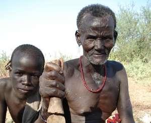 Die Kwegu in Äthiopiens Unterem Omo-Tal hungern aufgrund der Zerstörung ihres Waldes und des langsamen Sterbens des Omo-Flusses. Foto (c) Survival International