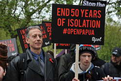 Dutzende Demonstranten versammelten sich heute in zahlreichen Städten weltweit, um freien und offenen Zugang zu West-Papua zu fordern (UK).