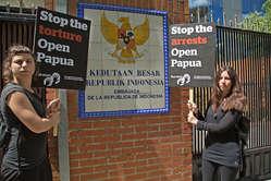 Dutzende Demonstranten versammelten sich heute in zahlreichen Städten weltweit, um freien und offenen Zugang zu West-Papua zu fordern (Spanien).