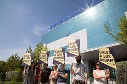 Activistas sujetan pancartas con el mensaje 'Salva a los ayoreo' durante la Junta General de Accionistas de la empresa española Grupo San José. Madrid, junio de 2015.