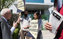 Manifestantes entregan hojas informativas a los accionistas de Grupo San José que acuden a la junta de la constructora. Madrid, junio de 2015.
