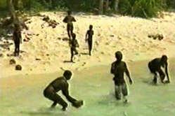 Sentineleses recogiendo cocos durante un breve período de tiempo en el que aceptaban regalos.