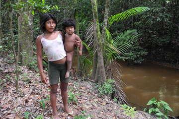 Pequeña Mariposa junto a su primo en la orilla del río Caru, antes inaccesible a causa de la presencia amenazante de los madereros.