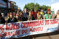 Bishop Erwin Kräutler marches against the Belo Monte dam