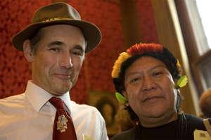 Mark Rylance con lo sciamano yanomami Davi Kopenawa.