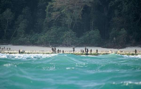 Sentineleses montan guardia en una playa de la isla.