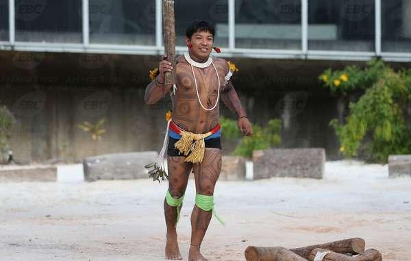Kamukaiká Lappa brandit une réplique de la flamme olympique pour attirer l'attention sur les violations perpétrées contre les peuples autochtones du Brésil.