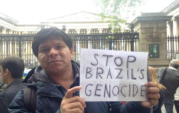 Tonico Benites Guarani a manifesté à Londres contre les violations commises par l'Etat brésilien à l'encontre des droits des peuples indigènes.