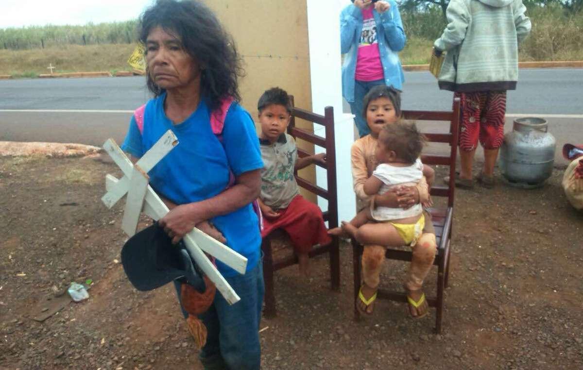 La leader guarani Damiana Cavanha serre contre elle des croix provenant de tombes situées sur le territoire ancestral de sa communauté, Apy Ka'y, qui vient d'être expulsée.
