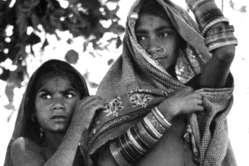 """Bhil Mädchen, Indien. Der Oberste Gerichtshof verurteilt """"schreckliche Unterdrückung und Gewalt""""."""