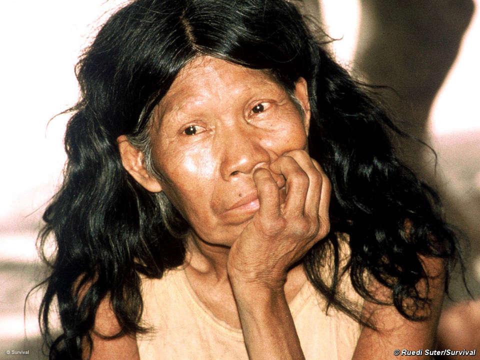 Mujer ayoreo-totobiegosode en el campamento de NTM. © Jonathan Mazower/Survival