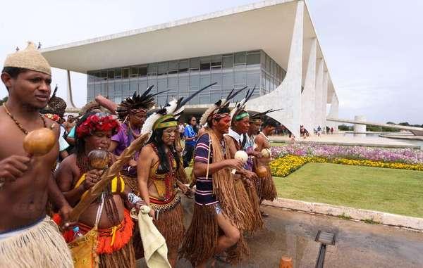 Proteste indigene contro i tagli al budget federale nella capitale Brasilia.