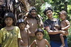 Eine Awá-Familie. Die Frauen der Awá säugen oft Affenbabies, die sie als Haustiere halten.