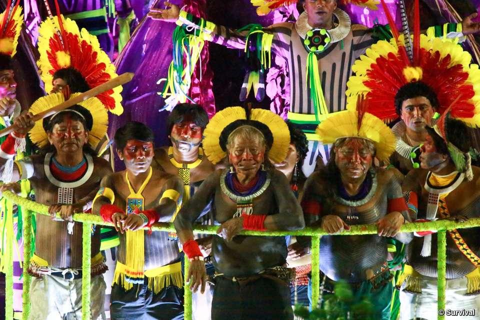 Ind genas desfilan en el carnaval de r o por sus derechos for Meaning of terrace in english