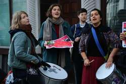 """""""Manifestantes ante la Embajada de Brasil en Londres exigen que se respeten los derechos indígenas."""""""
