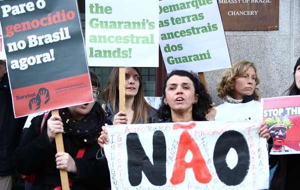 Manifestantes em Londres se mobilizam pelos direitos indígenas no Brasil.