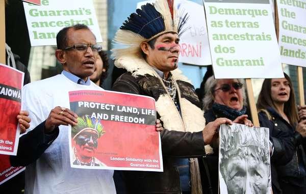 El activista guaraní Ládio Veron lidera las protestas internacionales por los derechos de su pueblo ante la Embajada de Brasil en Londres.