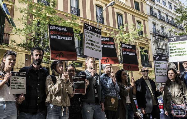 Protesta de Survival en Madrid ante la Embajada brasileña por los derechos territoriales y humanos de los guaraníes.
