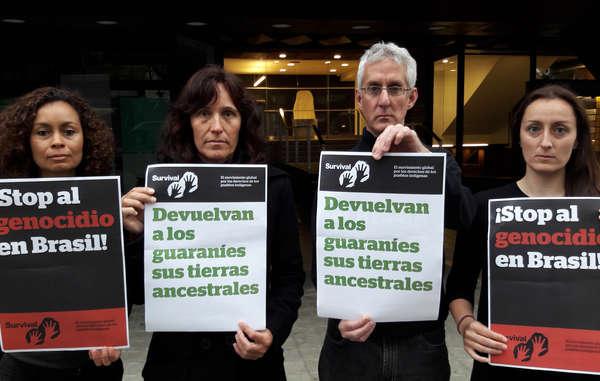 Activistas protestan ante el Consulado de Brasil en Barcelona contra el robo de tierras indígenas en Brasil.