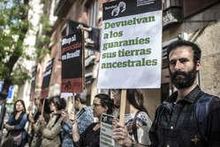 Con motivo de la celebración del Día del Indio se han celebrado protestas internacionales por los derechos de los guaraníes y los pueblos indígenas de Brasil.