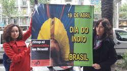 Simpatizantes de Survival portan por las calles de Barcelona una pancarta con el mensaje 'Stop al genocidio en Brasil'.