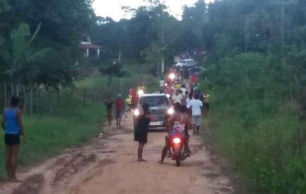 En esta imagen sacada con un móvil se puede ver a los agroganaderos cuando se dirigían a atacar la comunidad de los indígenas gamelas. Un coche de policía les acompaña.