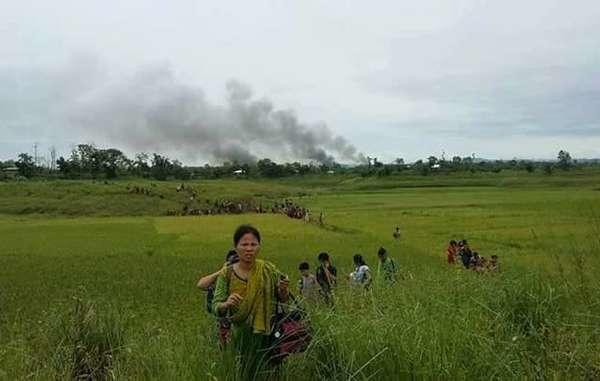Indígenas jummas huyen del ataque, Chittagong Hill Tracts, Bangladés.