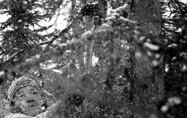 Die Älteste Manishai Nui schneidet Äste, um eine alte Route zu den Jagdgründen im Norden und Westen von Natuashish frei zu machen.