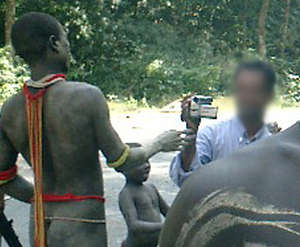 I turisti attraversano la riserva degli Jarawa per avvistare i membri della tribù, trattandoli come animali in uno zoo.