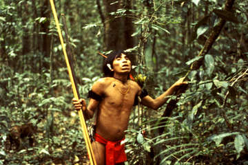 Ein Yanomami bei der Jagd im Regenwald, Venezuela