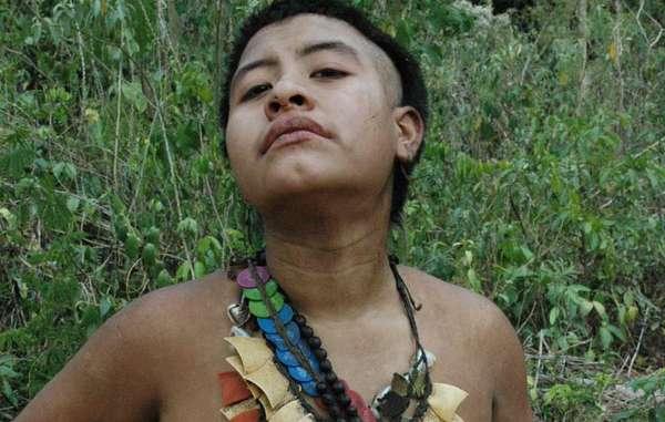 Inuteia, eine junge Frau der Akuntsu, trägt eine Halskette, die aus Plastikfässern gemacht wurde, die Pestizide enthielten und von benarchbarten Farmern genutzt wurden.