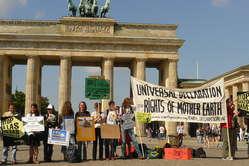 """""""Demonstranten solidarisierten sich in Berlin mit den Protesten von Amazonas-Indianern gegen Belo Monte."""""""