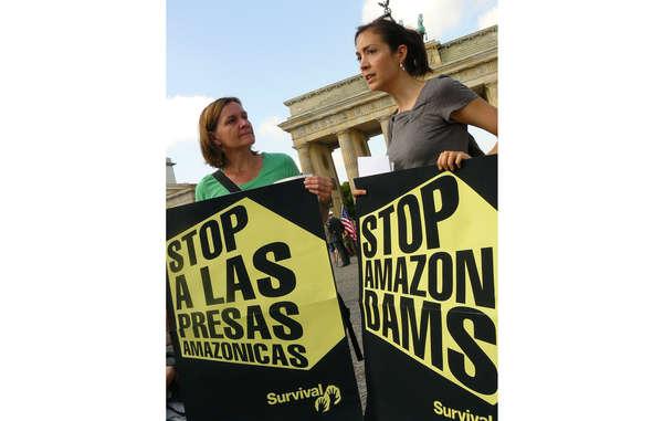 """""""Tausende Menschen protestierten weltweit gegen den Belo Monte Staudamm."""""""