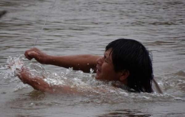 The Guarani are forced to make a perilous river crossing using a narrow cable to get food supplies.