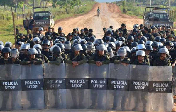 Police blockade road in Bolivia preventing Indian protesters' route to La Paz