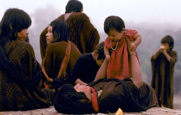 A l'occasion de la Journée mondiale de l'enfance, Survival présente un aperçu captivant de la vie quotidienne de quelques enfants indigènes, les héritiers de modes de vie, de traditions, de langues et de savoirs uniques.