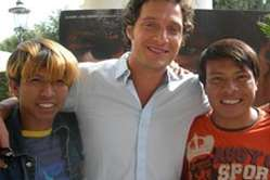 Der italienische Schauspieler Claudio Santamaria mit zwei Schauspielern der Guarani des Films Birdwatchers