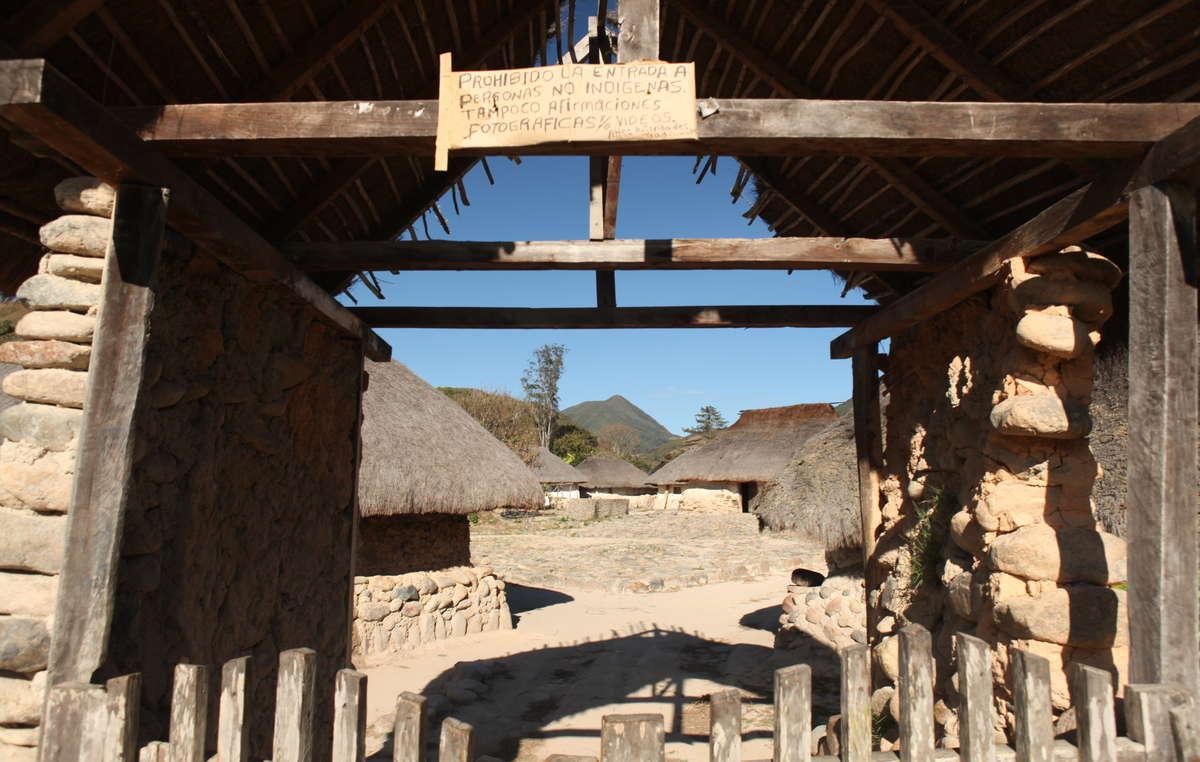 'L'entrée est interdite aux non-Indiens' - panneau à l'entrée d'un village arhuaco
