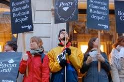 Die Demonstranten mit ihren Transparenten vor dem bekannten Diamantenhändler Graff.