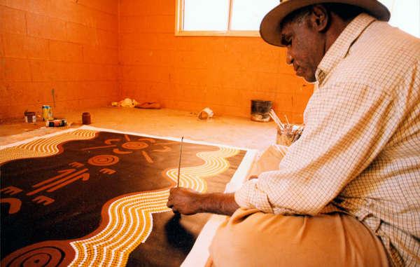 Ein Aboriginal-Mann beim Zeichnen