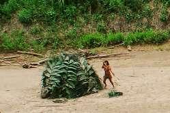 Isoliert lebende Indigene in Peru lehnen Eindringlinge in ihr Gebiet ab.