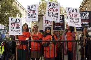 Londra: decine di manifestanti si sono riuniti per protesta davanti a Downing Street durante la visita del Presidente dell'Indonesia.