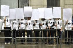 Survival demonstriert gegen die Notlage der Dongria Kondh vor dem indischen Hochkommissariat in London