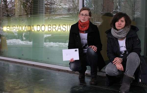"""""""In Berlin übergaben Unterstützer der Awá einen Brief an die Botschaft Brasiliens."""""""