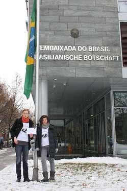 Unterstützer der Awá fordern vor der Botschaft Brasiliens in Berlin den Schutz der Rechte des indigenen Volkes.
