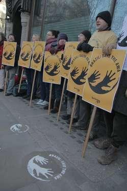 Weltweit protestierten Menschen für die Rechte der brasilianischen Awá-Indianer.