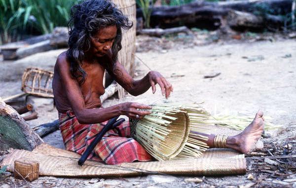 Eine Batak-Weberin macht ein 'begias' Korb.