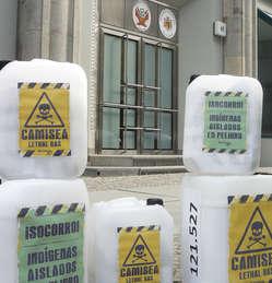 An der peruanischen Botschaft in Berlin wurden über 120.00 Unterschriften zum Schutz unkontaktierter Völker übergeben.