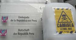Aktivisten in Berlin überreichten der peruanischen Botschaft einen symbolischen Ölkanister, gefüllt mit 120.000 Namen.